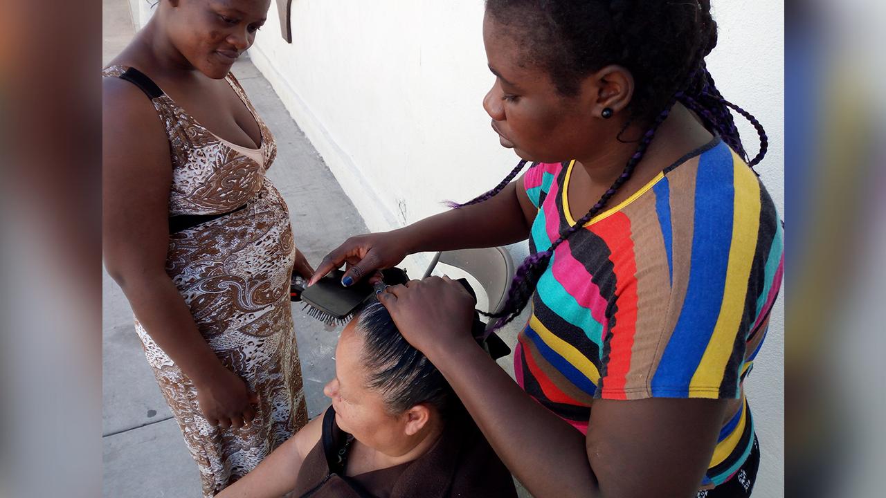 Desde 150 pesitos: haitianas ofrecen peinados en Frontera; desean seguir su viaje a EU