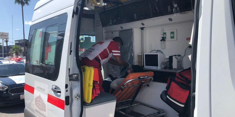 Motociclista queda prensado entre su unidad y camioneta estática en Monclova